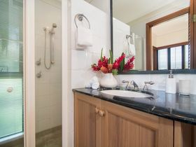 Port Douglas Accommodation Point 8 Villa 2 bedroom bathroom